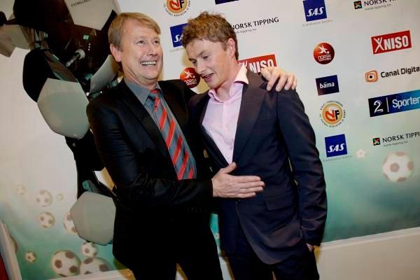 Åge Hareide gliser og er fornøyd over at hans tidligere elev både i Molde og på landslaget, Ole Gunnar Solskjær, fikk hedersprisen under fotballgallaen i Lillestrøm fredag.