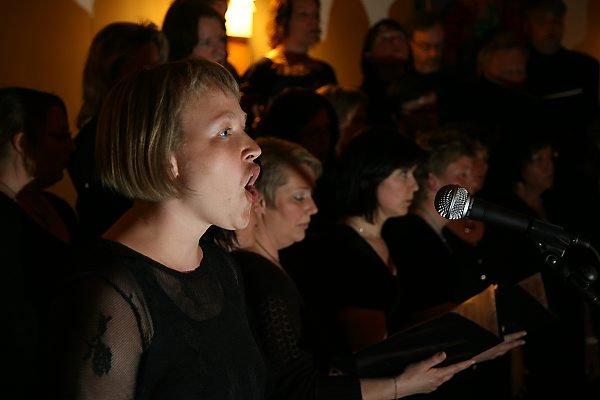 """Kristin Orre var solist då Jomentum våga seg på ein song skandinaviske kor har klinga til sitt hjerte. """"Gabriellas sång"""" frå filmen  """"Så som i himmelen"""""""