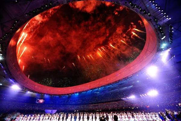 OL i Beijing ble offisielt åpnet med brask og bram fredag. Det smalt i mang en rakett under åpningsshowet  - i fyrverkeriets hjemland.