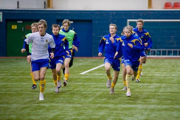 Det var knyttet stor spenning til fredagens treningskamp mellom 1. divisjonslaget Alta IF og eliteseriens Bodø/Glimt. Alta har som tradisjon å slå slik motstand i sesongoppkjøringen. Her under oppvarmingen.