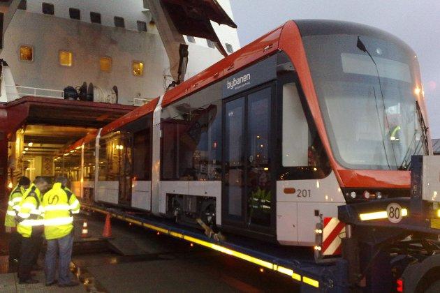 Bybanevogn 201 på vei i land fra MF Bergensfjord til Skolten (07.12.2009).
