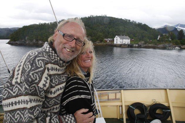 Halvdan og kona Marit ombord på Gamle Salten passerer gården på Røsnes i Gildeskål i fjor sommer.