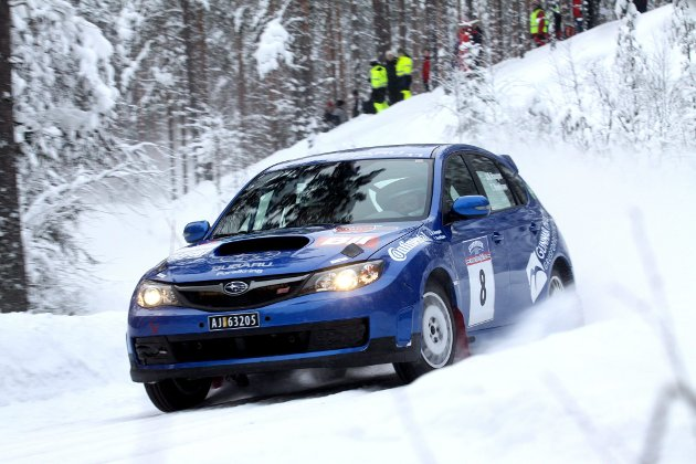 FULL FART: Jim Roger Haugom fra Brandval har fått fart på Subaru Cup-bilen sin, og storkoste seg i Svully Rally Dahbi.