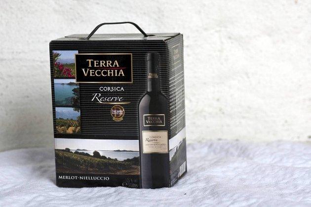 12 0 4 4 Te r r a Vecchia Reserve 2007, 12,5 prosent vol., Skalli, Korsika/ Frankrike, 300 cl, 369,50 kroner. Rubinrød. Elegant, kjølig merlotduft av moreller, plommer og litt krekling. Frisk og fruktig smak i god balanse. Tørr, elegant avslutning. Stilig vin fra Korsika. Til biff, gryteretter og feite, hvite oster.  Terning 6
