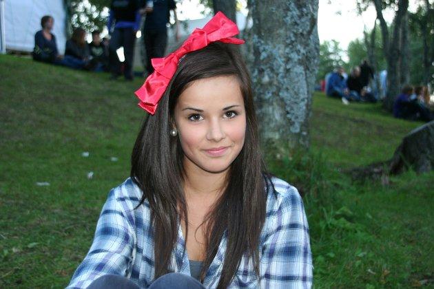 Dagens sløyfe: Elise Alexandersen med sin røde sløyfe på Parkenfestivalen.