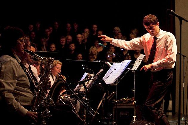 «Skål, Odda» vart urframført av Tyssedalkoret under ei festførestilling i Odda kinosal laurdag 16. oktober. Festen avslutta Litteratursymposiet 2010. Odda har fått sitt eige storband leia av dirigent Petro Romanyshyn. Bak han står Tyssedalkoret.