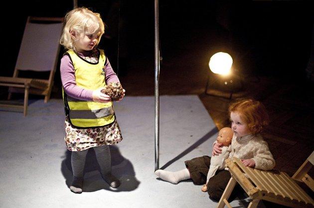 """Danseforestilling med Matilde Dresner og Ole Birger Hansen fra den danske dansegruppen """"Åben Dans - MUSICON"""" dro mange små publikummere til Logen Teater. FOTO: VIDAR LANGELAND"""