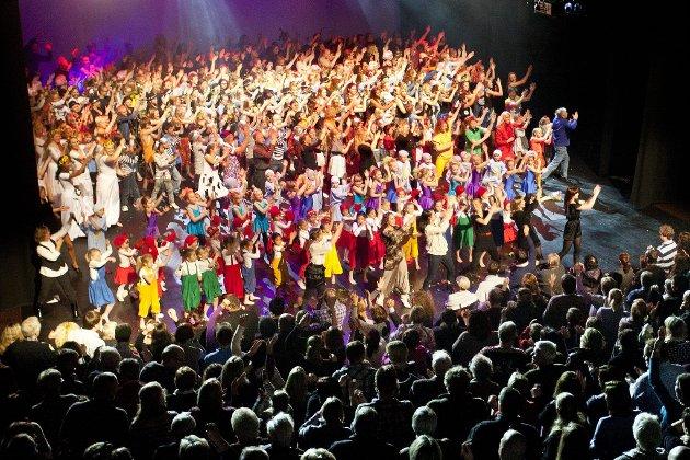 Mangfold: Det er et enormt dansemiljø som kan oppleves i forestillingen «TID» på Bølgen denne uken. Studio Nille viser at de e mange dansere og at de vil gi en så profesjonell ramme som mulig til sine elever på scenen. (Foto: Peder Torp Mathisen)