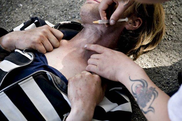I juli 2009 er BA sine to journalister Steffen Opheim og Geir Jetmundsen i Nygårdsparken og beskriver forholdene der i en lang reportasje. I sommersolen ruser folk seg åpenlyst.