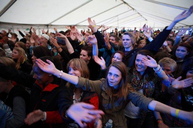 I forgrunnen Marlen Pettersen(14), , Hanna Elise Ellingsen (13) og Ingrid van der Spa (13) . - Vi er bare sånn passe fan av Atle Pettersen. Ikke noen superfan, fortalte de tre venninene før tenåringsidolet Atle Pettersen gikk på scenen. De sto framst og trippet svært så nervøse i forkant av konserten. Hyl og hopping mente de det ikke skulle bli mye av, men både de og store deler av resten av teltet hoppet og hylte i kor.