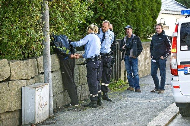 PÅGRIPELSE: Her blir en av de to mistenkte pågrepet etter ranet av Urmaker Karlsøen.