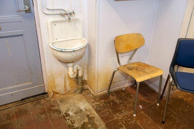 Dette rommet er umulig å rengjøre. Gulvet er fullstendig ødelagt og vanskelig å rengjøre, påpeker rektor ved Møhlenpris Kjetil Damm