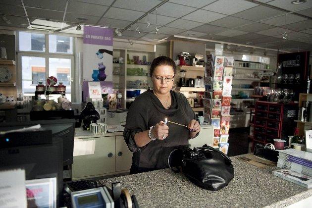 """Hos GlassThomsen har det ifølge de ansatte vært stor aktivitet av """"overnaturlige"""" hendelser. Ingunn Ripe tente røkelse for å rense butikken."""
