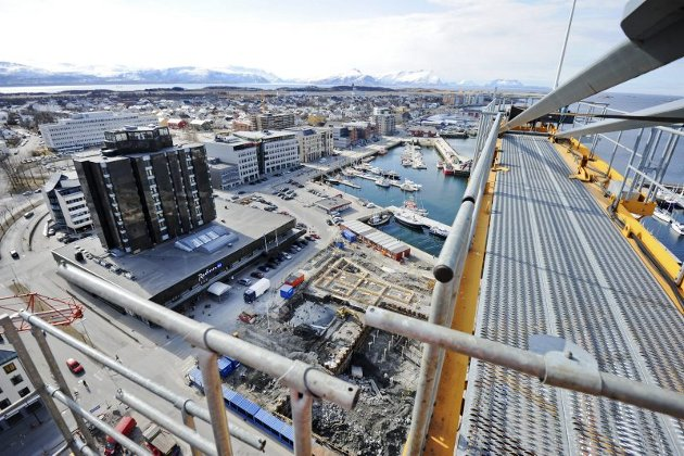 Bodøs luftigste arbeidsplass - kran i Kulturkvartaltomta - kranfører  Bodø sentrum - oversiktsbilde sentrum