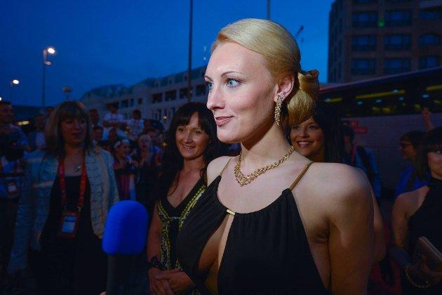 Anmary representerer Latvia i Baku. Her er hun på vei inn til helgens åpningsfest.