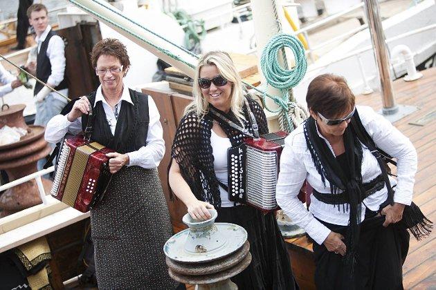 Muntre musikanter til sjøs.