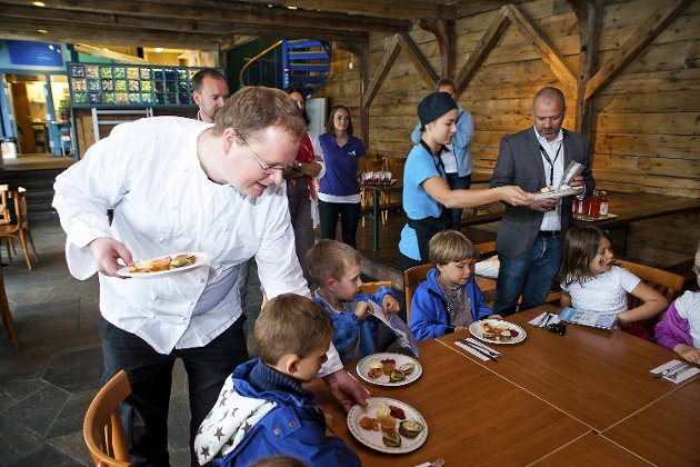 Kokk Roy Lervåg serverer Nordnes-elevene smakeprøver fra den nye menyen.