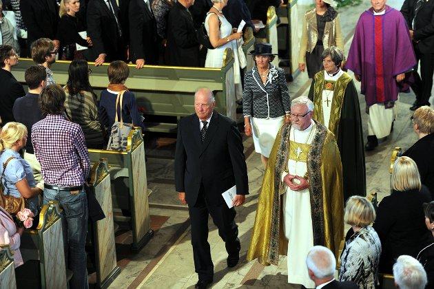 Kong Harald og biskop Ole Christian Kvarme.