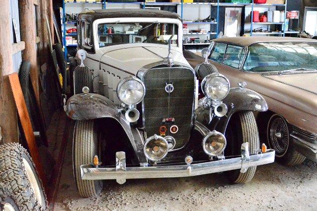 Dette smykket - en Cadillac V12 1932 - er blant bilene som står parkert på en gård i Dalsroa.