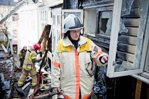 Huset i Bredenbecksmauet har adresse Lille Øvregate 20C. Bygget ble totalskadet i brannen. Leif Linde i brannvesenet på inspeksjon fredag morgen.
