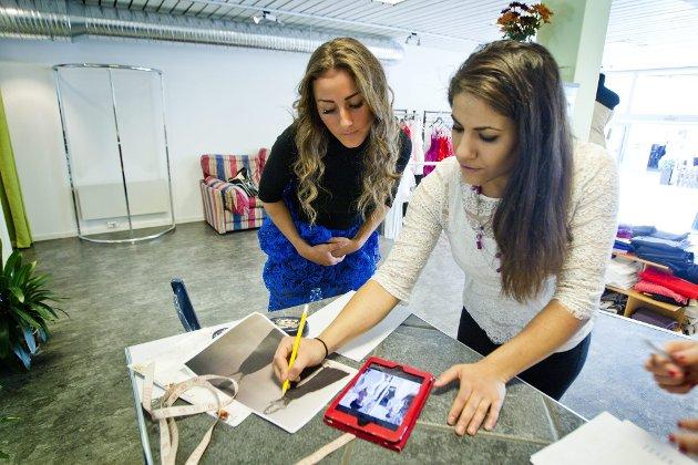 DETALJER: Heidi og Niyan ser på bilder og tegninger for inspirasjon.