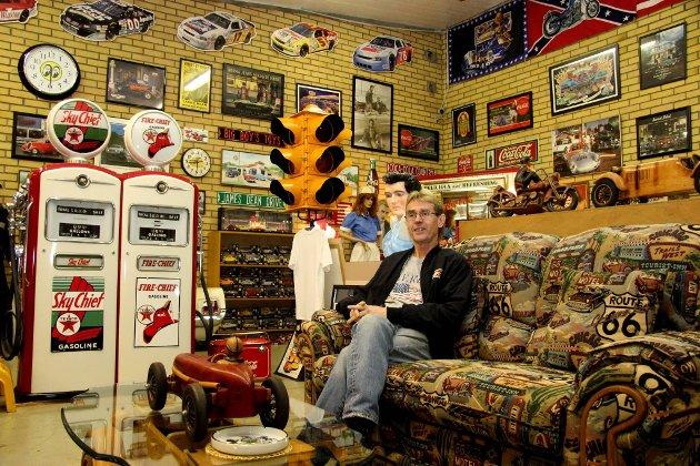 Museumsbestyrer: Terje Bendiksen kaller dette rommet for museet sitt, og tar en pust i Route 66-sofaen. Den berømte veien har han for øvrig kjørt i sin helhet to ganger.Foto: Siv Storløkken