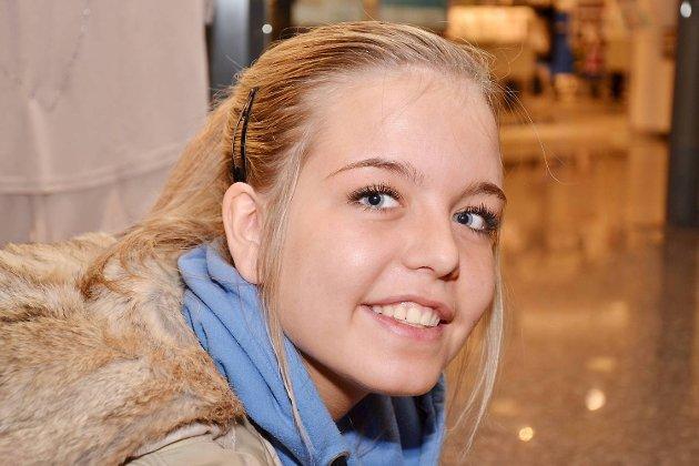 4 på gaten om HVOR DE VOKSTE OPP- EMMA LOUISE PATRICKSON 18 år, Sotra- Jeg bodde i Fyllingsdalen og gikk på Løvås skole. Flyttet til Hjelteryggen da jeg var ti.