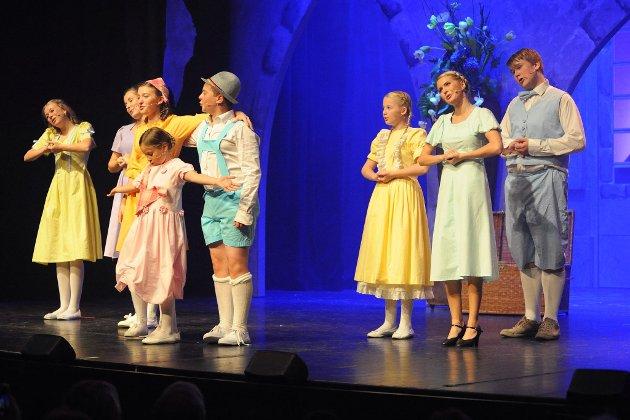SOUND OF MUSIC: Familien Trapp står på scenen i Lillestrøm Kultursenter. Foto: Vidar Sandnes