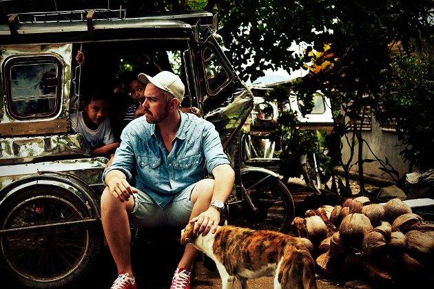 Skaug oppfordrer til at vi gir av vår overflod. Coverbildet til cd-en er tatt i slummen i Manilla.