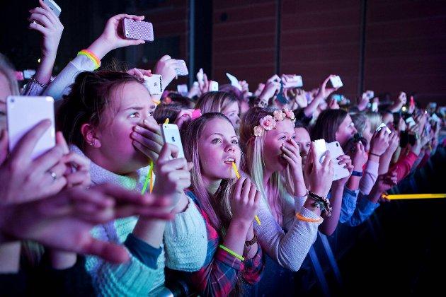 Publikum filmet og tok bilder for å forevige konserten.