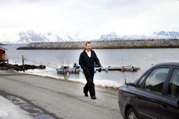 Kronprins Haakon dukket overraskende opp på Skjervøy en lørdag i slutten av april 2005 for å bruke helga på ski sammen med en gjeng kamerater. Her spaserer han ut fra fiskecampen søndag morgen, klar for ny skitur på Arnøy, etter at turen lørdag gikk til fjellene innenfor Rotsundelvdalen i Nordreisa.