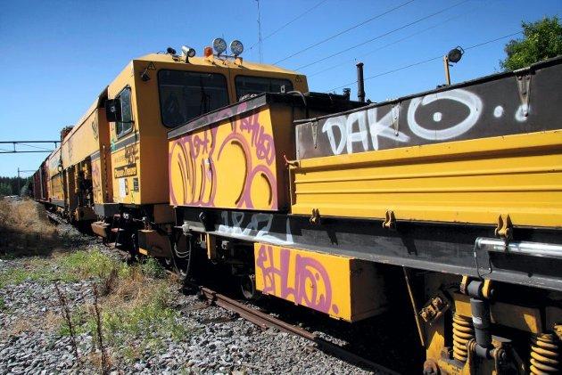 Taggere slo seg i løpet av helgen løs på flere vedlikeholdsvogner på Disenå stasjon.