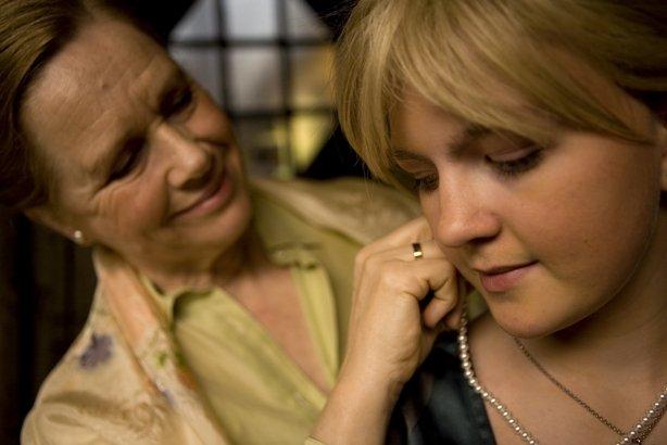 Bestemor (Liv Ullmann) og Cecilie (Marie Haagenrud).