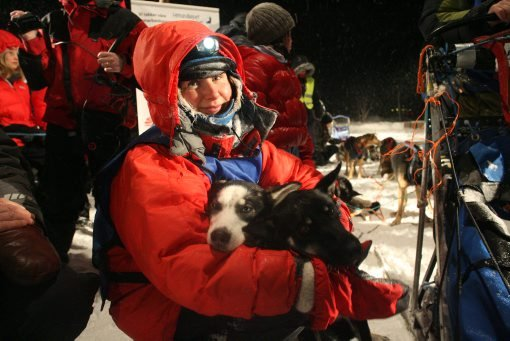 Kristin Aasheim roser hundene sine etter endt løp