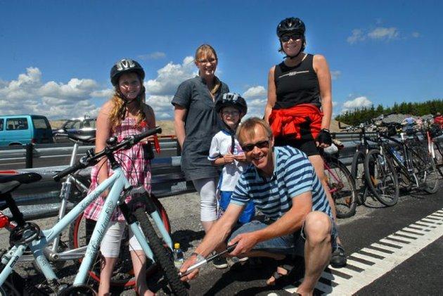 Familien Asbjørn Bø klare til å sykle avgårde. Madelene (11), mamma Astrid og Jørn Magnus (6) her sammen med Grete Thora Bergan (bak t.h.)