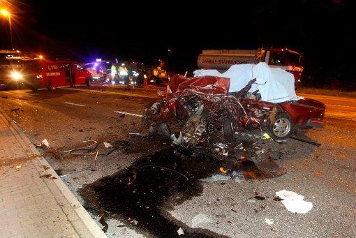 DØDSULYKKE: De to involverte bilene ble totalvrak i den kraftige ulykka på E18 i Bamble natt til fredag. To personer omkom i ulykka.