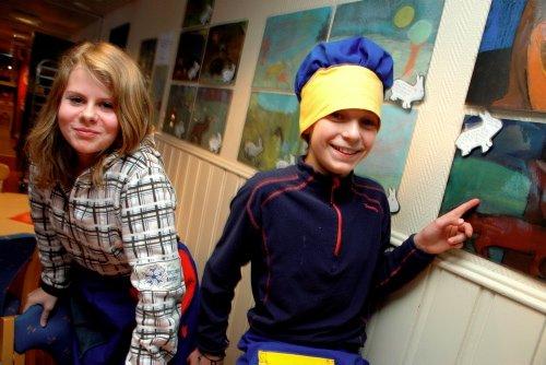 """DIKTBILDER: Karen Synnøve Bøshaugen og Magnus Nordsletten har tegnet og skrevet dikt inspirert av Bjørnsons """"Haren og reven"""". Og så har de laget kokkeklær! Foto: Camilla Berg Hansen"""