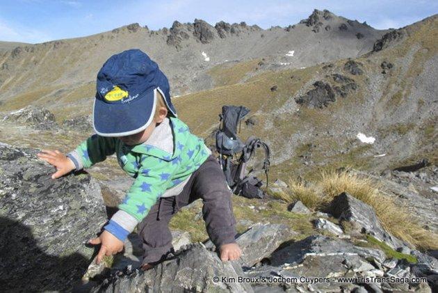 """Tristan (16 mnd) har nylig begynt å gå de siste meterene til toppen selv. Når han kommer opp viser han stor glede og roper """"topp! Topp! Topp!""""."""
