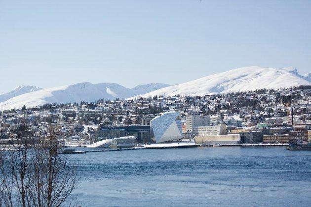 Illustrasjon av det nye hotellet sett fra Tromsøysundet.