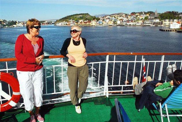 May-Britt Holte (til venstre) og Randi Sølie kan nyte livet på dekk på vei ut fra havna i Kristiansund. (Alle foto: Anders Tøsse)