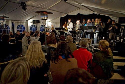 Åpning i Elvegata og åpent for alle. Gratiskonserter, så her var det bare å stikke innom. (Foto: Kristoffer Øverli Andersen)