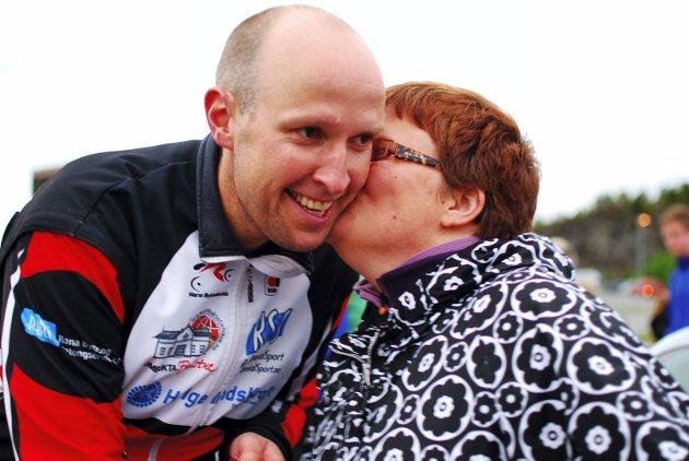 Vinnerkyss: Frode Thomassen ble førstemann over målstreken i Midnattsrittet i år som i fjor. Her får han gratulasjoner av kona Hanne Thomassen. (Bilder: Sigfrid Hagerup)