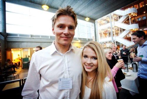 Emilie sammen med pappa Erling Nereng som var med og svarte på spørsmål i etterkant av foredraget.