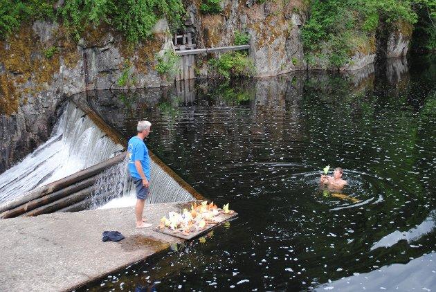 Anders Oppegaard følger med mens Tor Granesrud har lagt på svøm for å få plassert barkebåtene i startposisjon.
