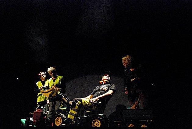 Lokalt forankret: Både veiarbeidere og lokalavisjournalister ble tullet med i Marker teaterselskaps revy.