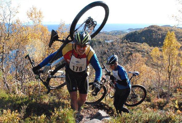 Syklistene fikk testet ut ei utfordrende løype. Ulf-Erik Johansen fra Svolvær må i de bratteste stigningene ta sykkelen på skulderen.
