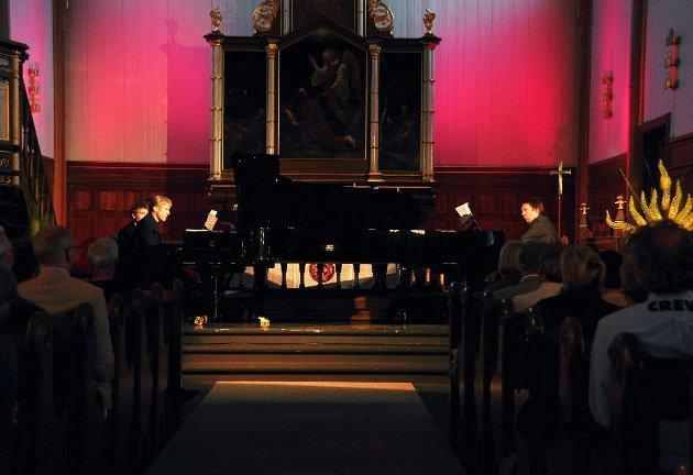 Håvard Gimse og Leif Ove Andsens på to flygler i Lofotkatedralen. Pianofesten torsdag var første gang det ble framført musikk for to flygler i LINK-sammenheng.