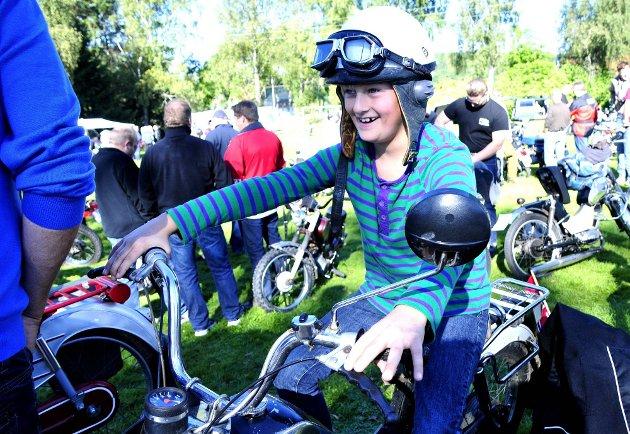 FRAMTIDIG DELTAGER: Herman Stenholt Gundelsby (8) er ikke gammel nok til å delta selv, men får prøvesitte faren sin moped. Nå gleder han seg bare til å kunne være med på mopedløpet selv. (Foto: Marie Moen Kingsrød)