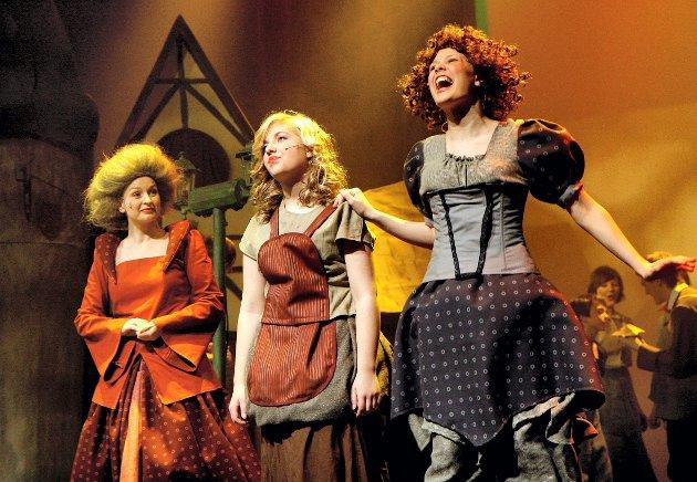 """PREMIERE: Skedsmo Amatørteater hadde søndag premiere på """"Askepott - den ukjent historien"""". Her er stemoren til Askepott (Karianne Quille, til venstre), stesøsteren Fia (Andrea Rønsen, til høyre) og Askepott (Ingrid Ekeberg, i midten). ALLE FOTO: STURE H. VAREIDE"""