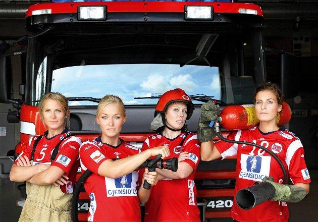 Håndballjentene fronter årets Aksjon boligbrann. Her er Ida Alstad, Stine Bredal Oftedal, Karoline Dyhre Breivang og Linn Kristin Riegelhuth Koren klare for uttrykning.